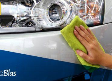 limpieza a mano para cuidar la pintura del coche